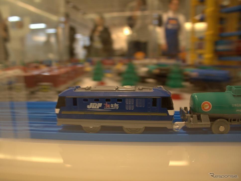 なんだこれは「列車in列車」!?プラレールに「蒸気を吐くトーマス」