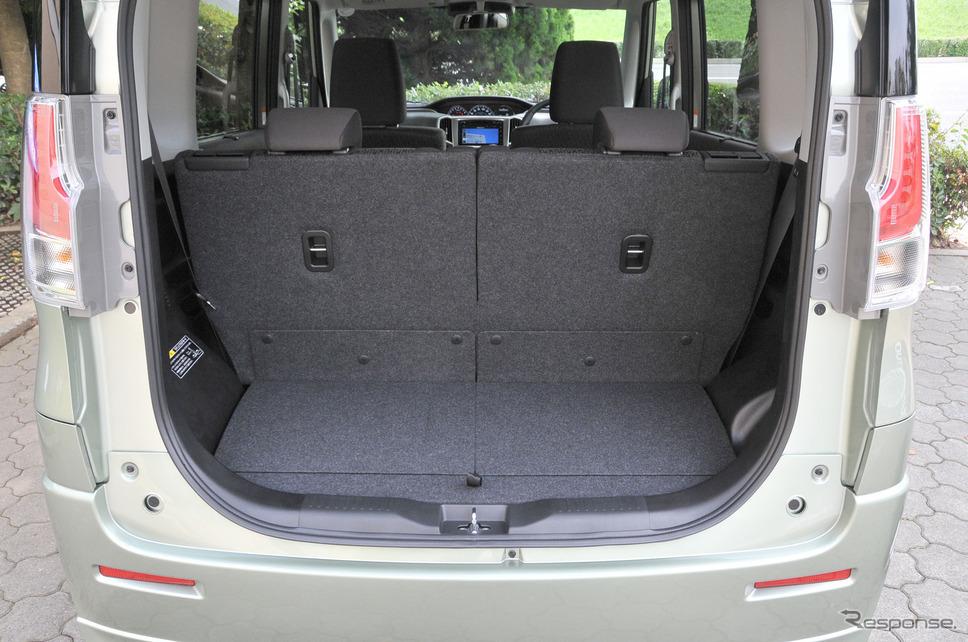 開口部を大きくするとともに、床面を低くすることで、荷物の積み降ろしがしやすいカーゴスペースを実現。リヤシートを前に倒せば、自転車なども載せられるフルフラット